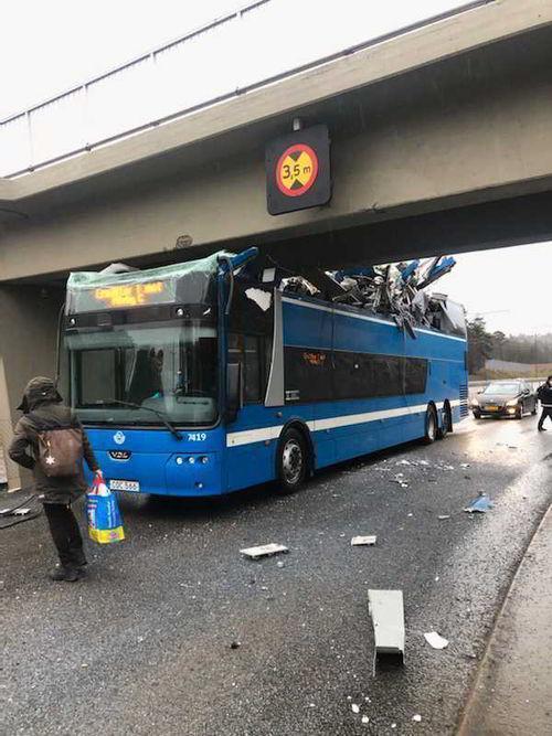 В Стокгольме автобус застрял под мостом