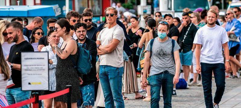 Критиков шведской коронавирусной стратегии вынуждают покинуть страну