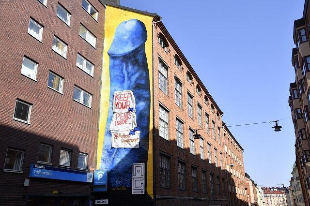 """""""Держи свой пенис в штанах"""": вандалы изуродовали скандальный арт-объект"""